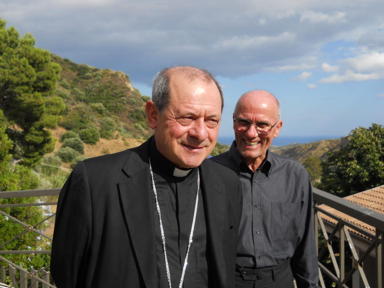 Mons.Francesco Oliva in visita allo Scoglio