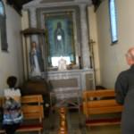 In preghiera in chiesa